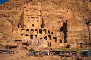 túmulos reais no maciço rochoso de jabal al khubtha em petra, na jordânia foto