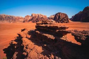 pequena ponte no deserto de Wadi Rum, também conhecido como vale da lua na Jordânia foto