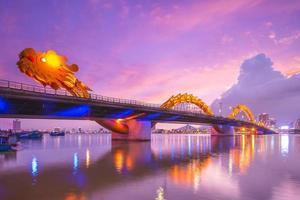 ponte do dragão sobre o rio han em da nang, vietnã foto