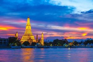 wat arun pelo rio chao phraya em bangkok, tailândia foto