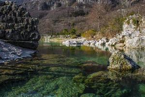 riacho da montanha e rochas foto