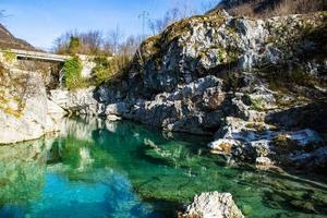 riacho da montanha rochosa foto