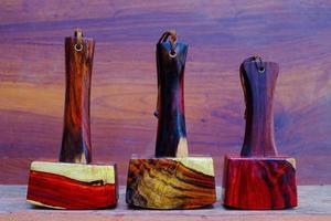 conjunto de martelo de madeira feito de jacarandá e ferramenta artesanal da Tailândia para ser usada por um carpinteiro na oficina na antiga bancada de trabalho foto