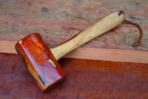 Martelo de madeira feito de jacarandá e uma ferramenta feita à mão da Tailândia para ser usada por um carpinteiro na oficina na antiga bancada de trabalho foto