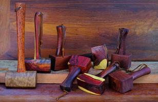 conjunto de martelo de madeira feito de ferramenta de pau-rosa feito à mão da Tailândia para ser usado por um carpinteiro na oficina na antiga bancada de trabalho foto