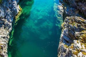 riacho azul e rochas foto