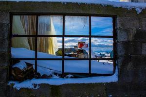 janela com caixa vermelha foto