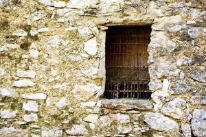 janela velha com armação de arame foto