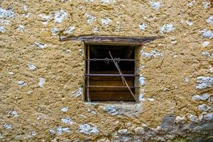 janela em prédio abandonado foto