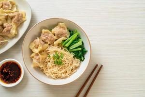 macarrão de ovo seco com wonton de porco ou bolinhos de porco sem sopa - comida asiática foto