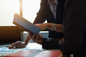 consultores de negócios usando notebook foto