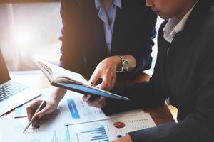 consultores de negócios apontam para notebook foto