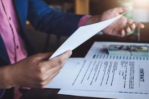 conceito de contrato de crédito com funcionários do banco foto