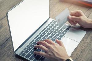 pagamento online com mulher usando computador e cartão de crédito foto