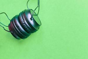 fones de ouvido em fundo colorido foto