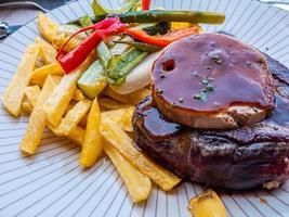 bife com batata frita e foie foto