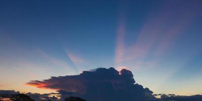 nuvens escuras com pôr do sol foto