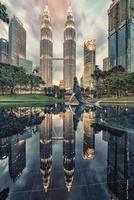 cidade de Kuala Lumpur ao pôr do sol foto