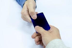 pagamento em mãos com cartão de crédito com caixa da equipe foto