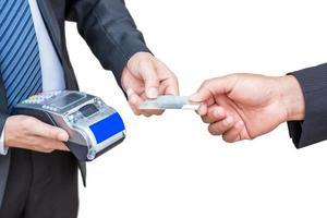 empresário está aceitando cartão de crédito do cliente pagando por impressora de recibos foto