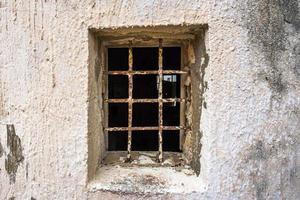 2021 05 29 marsala janela aberta na parede branca com corrimão foto