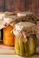Legumes agrícolas em conserva em potes de vidro com fundo de madeira Comida fermentada tendência casa estilo rústico foto