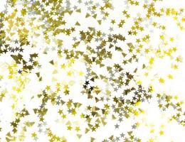 brilhando estrelas e árvores de Natal em um fundo branco. modelo festivo. foto