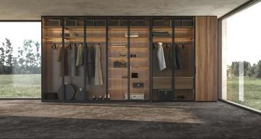 Luxo moderno design de interiores grande guarda-roupa de madeira com roupas penduradas no trilho no closet e iluminação nas prateleiras foto