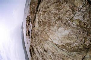 costa rochosa e mar foto