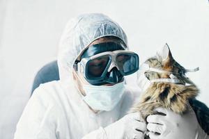 homem de terno e gato com máscara médica foto