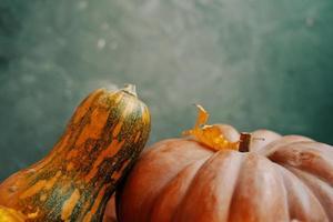 composição de outono de abóboras em um fundo verde. foto