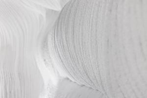 paredes brancas com relevo de gelo e neve em uma caverna. fundo natural texturizado abstrato. foto