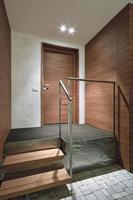 interior moderno de patamar da entrada de um apartamento foto