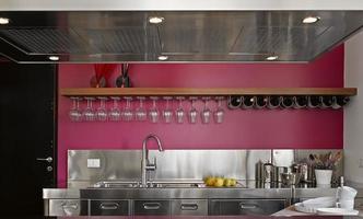detalhe de uma cozinha moderna com armários de aço foto