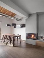 interior de uma moderna sala de jantar com lareira foto