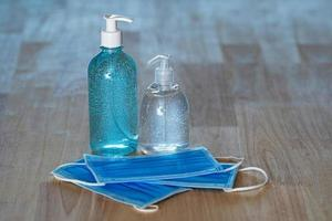 álcool gel desinfetante para as mãos e máscara médica foto