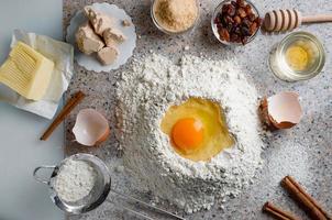 ingredientes para massa caseira, massa meio amarga com passas, mel e sementes diversas. preparação de pão caseiro. vista do topo. foto
