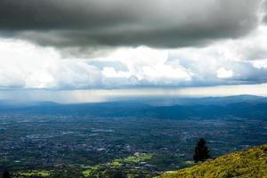 céu nublado acima de uma cidade foto