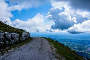 estrada da montanha e nuvens foto