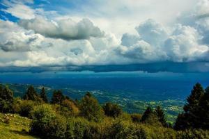 nuvens acima das árvores foto
