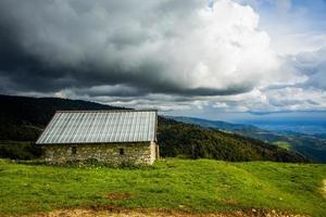 cabana e céu tempestuoso foto