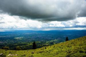 nuvens e colina verde foto