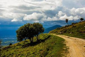 caminho da montanha e nuvens foto