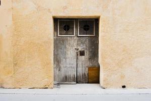 2021 05 29 marsala porta de madeira em parede ocre foto