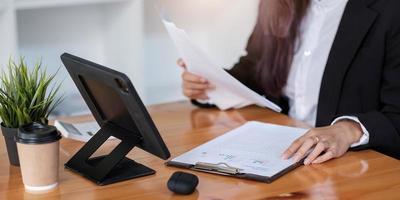 consultor de negócios mostrando plano de investimento para clientes no escritório de consultoria foto