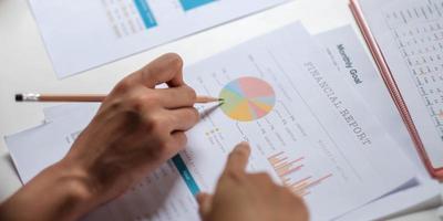 dois líderes de negócios discutindo tabelas e gráficos mostrando os resultados, planejando iniciar uma nova estratégia para grande sucesso foto