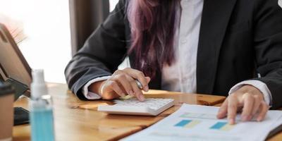 close-up das mãos do contador ou inspetor financeiro, fazendo relatório, calculando ou verificando o saldo. finanças domésticas, investimento, economia, economia de dinheiro ou conceito de seguro foto