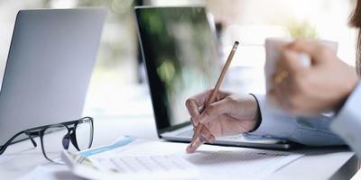 empresários usando um documento durante uma reunião foto