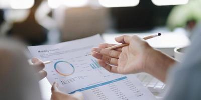 empresários encontrando idéias de design. investidor profissional trabalhando em um novo projeto de start-up. planejamento de negócios no escritório foto