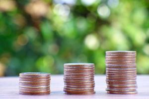 pilha de moedas em um fundo verde da natureza foto